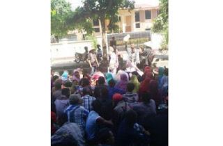 Ratusan Warga Jurang Koak Kepung Kantor PN Selong