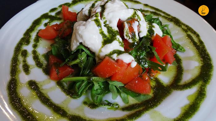 Ensalada de burrata, tomate y pesto en el Rincón del Vino Leganés