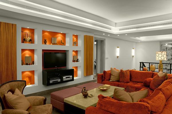 Ruang tamu cantik bertema orange di bagian kursi dan lampunya