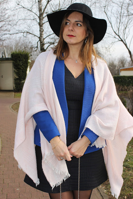 robe naf naf bleue, poncho rose maje les petites bulles de ma vie