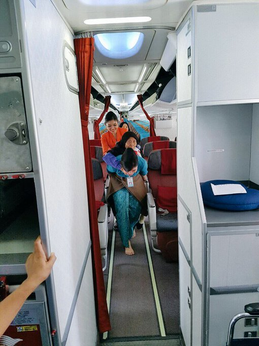 Salut! Pramugari Cantik Ini Rela Nyeker Demi Gendong Seorang Nenek Turun dari Pesawat