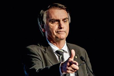 Bolsonaro apontando o dedo como uma arma