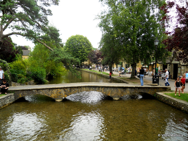 The highlight of the halt at Bourton-on-the-Water is the benign river Windrush that flows through the village. Low bridges connect the two banks every now and then, and children, adults, and the elderly all seem relaxed and laid back. Some sit with their feet dipped in the river, while others patiently wait for fish to bite at their baits. There were kids running around, just being kids, and a general sense of peace, calm, and well-being prevailed in this Utopian village.