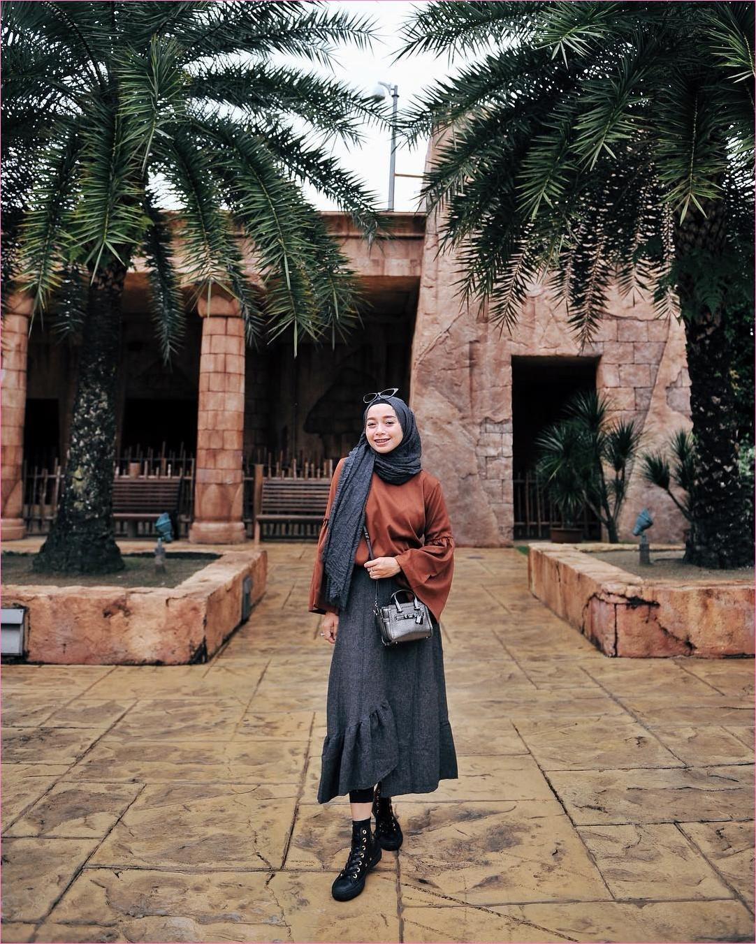 Outfit Rok Untuk Hijabers Ala Selebgram 2018 ankle boots hitam hijab pashmina rawis rok A-line skirt abu tua blouse tunic lengan lebar coklat slingbags kacamata hitam legging ootd trendy