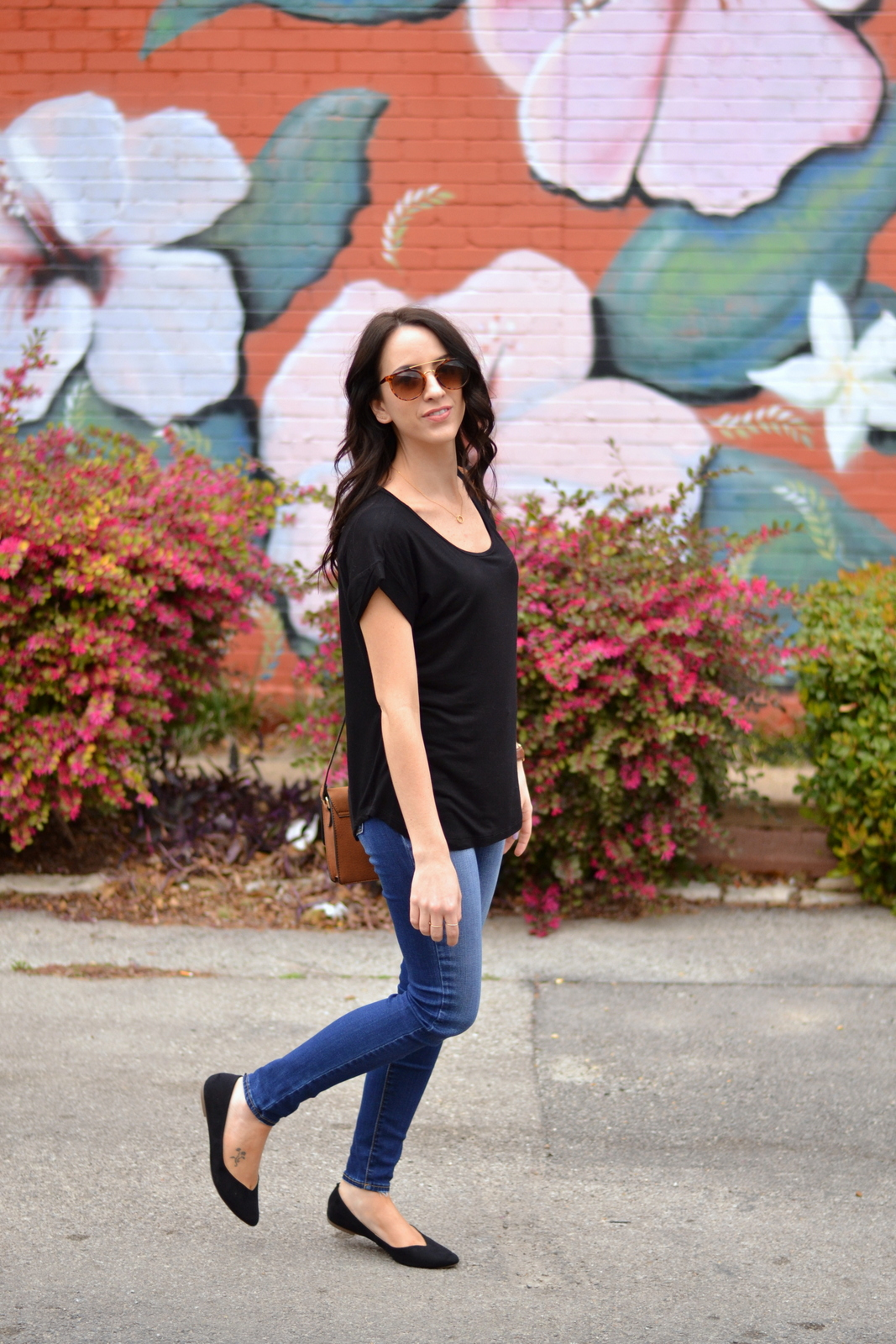 Basic_Outfit_Black_Tee_Jeans_Flats