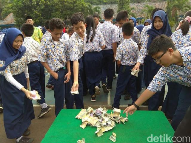 Berebut Hujan Uang di Halim, Murid SMP Dapat Rp 3 Juta