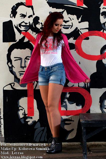 5.03.2017 Szarne Sneakersy na koturnie, biała bluza, jeansowe szorty, różowa fuksja narzutka, gumowe bransoletki