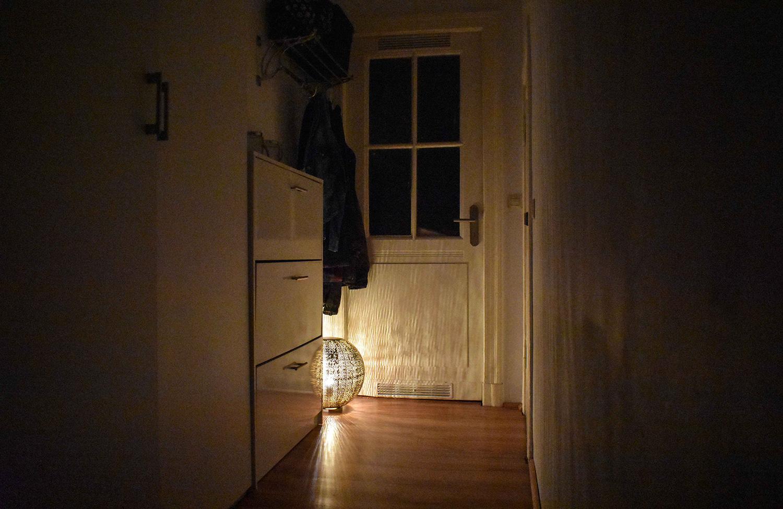von dunkel zu gem tlich oder wie eine lampe meinen flur gleich viel wohnlicher macht. Black Bedroom Furniture Sets. Home Design Ideas