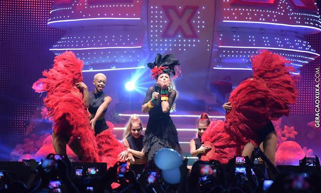 Marcando um X no coração, Xuxa arrasta multidão em Recife