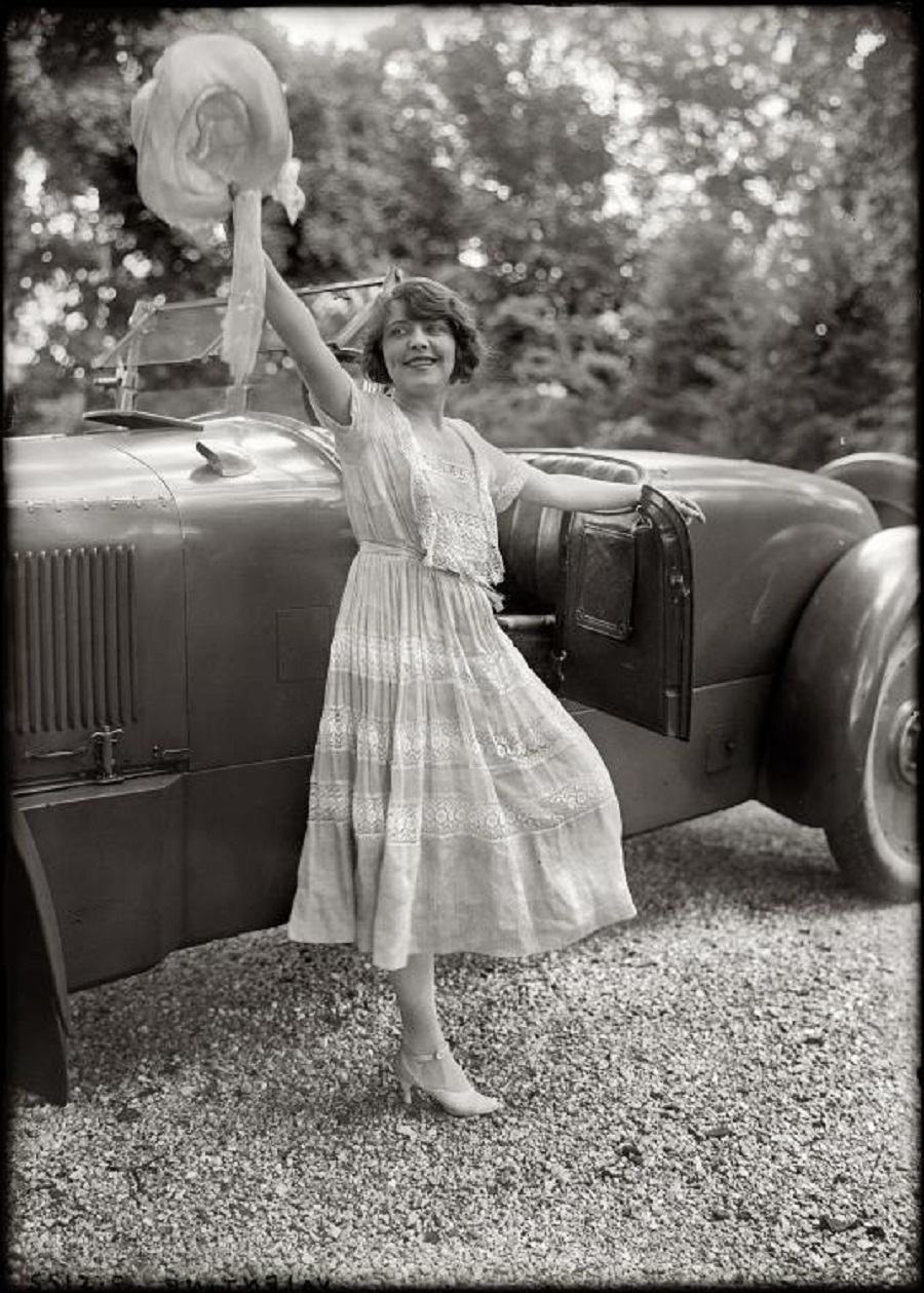20 stunning vintage photographs of women posed with