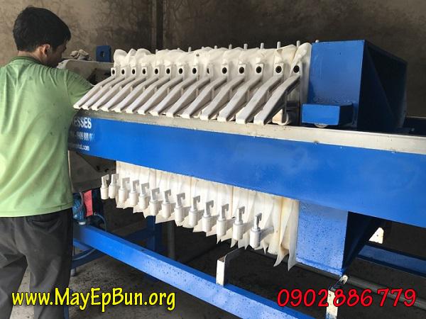 Nhân viên chạy thử nghiệm máy ép bùn khung bản Việt Nam trước khi bàn giao cho khách hàng sử dụng