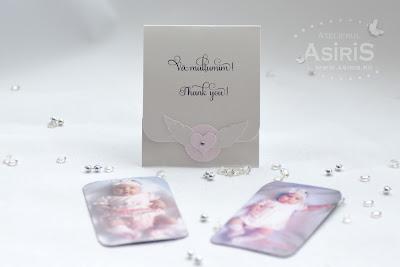 Marturii Botez Ingeras roz din magnet personalizat cu poza bebelusei si suport carton