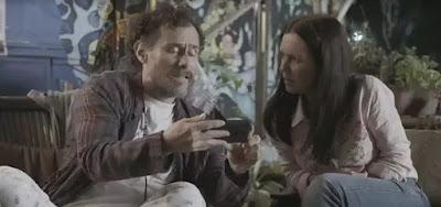 Durval (Enrique Diaz) em cena de Amor de Mãe, da Globo, com a amiga Thelma (Adriana Esteves)