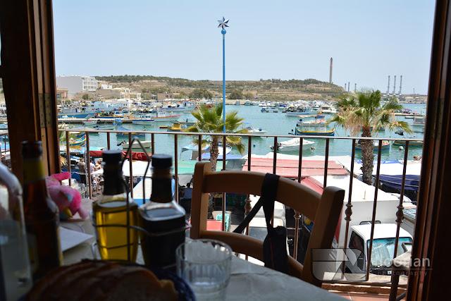 Restauracja przy tradycyjnym targu rybnym w Marsaxlokk