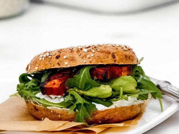 Avocado-Tzasiki-Bagel mit Tofu