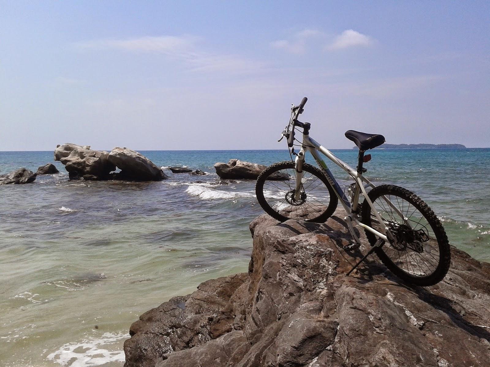 Di Pantai Batu Putih dan Jembatan Cinta, Karimunjawa