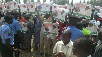 NIGERIAN POLICE TEARGAS SHITTE MEMBERS WHO PROTESTED IN FRONT OF NATIONAL ASSEMBLY