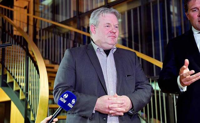 O primeiro-ministro da Islândia, Sigurdur Ingi Johannsson, anunciou sua renuncia na televisão, depois que seu partido progressista de centro-direita viu a sua quota de lugares no Parlamento ter um colapso de 63 assentos para oito de 19 na eleição anterior, em 2013
