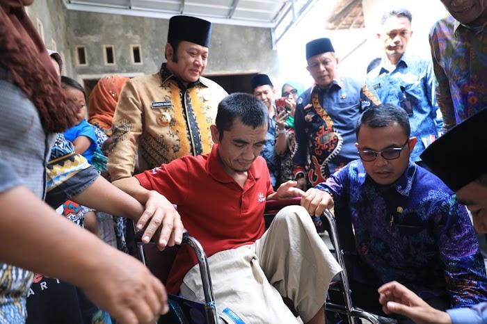 Bupati Bantu Kursi Roda Bagi Warga Penyandang Disabilitas di Natar Lamsel