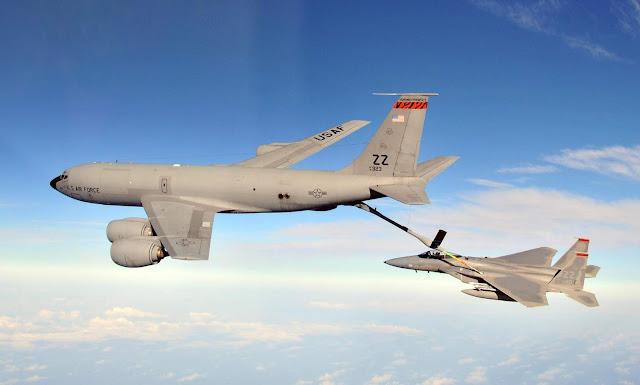 Boeing KC-135R Stratotanker F-15 Eagle tipi savaş uçağına yakıt ihmali yapıyor...