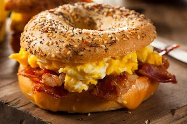 Σάντουιτς με αυγό, μπέικον και τσένταρ