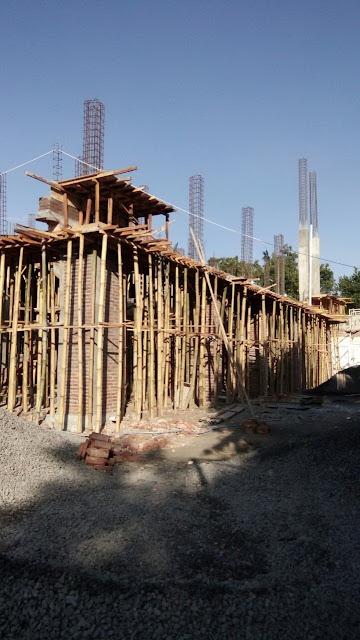 Tiang-tinag pancang untuk proses pengecoran lantai 2 masjid