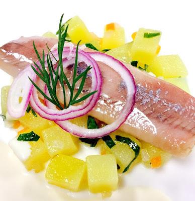 Matjesfilets mit Kartoffel-Liebstöckelsalat und French Dressing