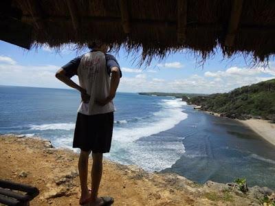 pemandangan pantai pok tunggal dari tebing sebelah timur