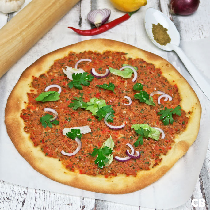 Recept Pizza-die-geen-pizza-is: flinterdun en met harissa-gehakt