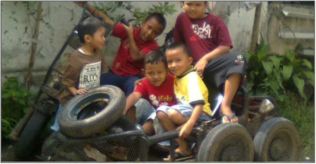 Anak-anak berpose gembira bersama vespa ekstrem