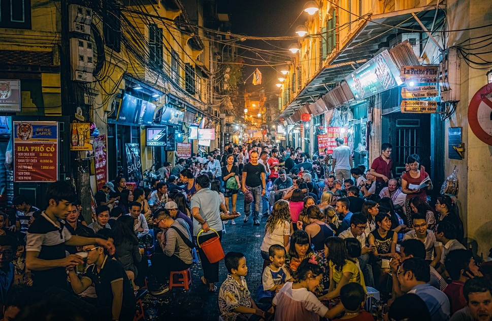 vietnamaese nightlife inhanoi old quarter - vietnamtourpedia.com