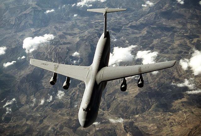 O maior avião militar do mundo voando