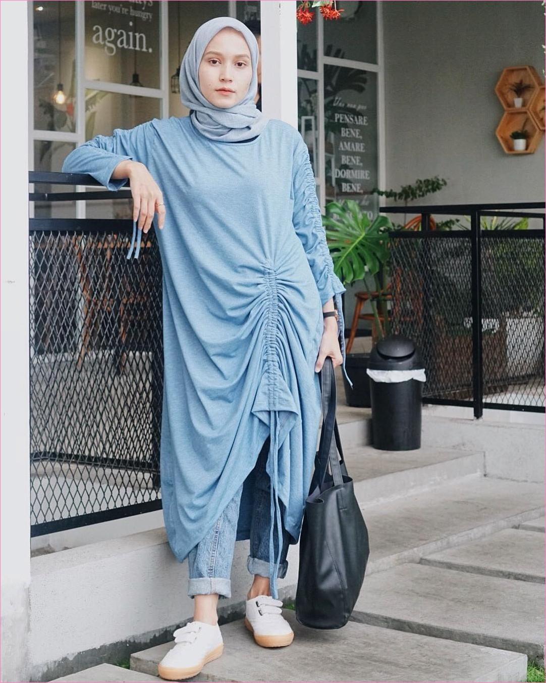 Outfit Baju Tunic Untuk Hijabers Ala Selebgram 2018 baju tunic biru laut celana jeans denim lace ups kets sneakers putih tote bag hitam jam tangan kerudung segiempat hijab square biru pastel cafe trendy ootd kekinian pager