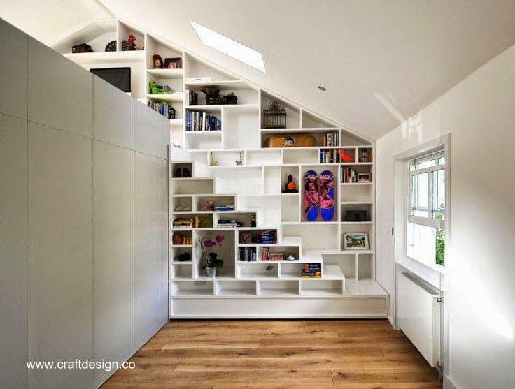 Escalera de loft en la estructura de una biblioteca