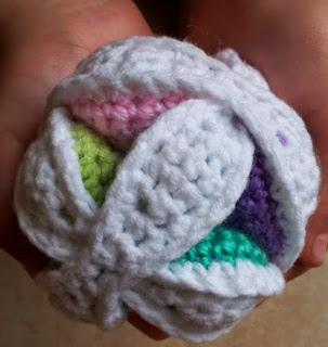 http://translate.googleusercontent.com/translate_c?depth=1&hl=es&rurl=translate.google.es&sl=en&tl=es&u=http://www.lookatwhatimade.net/crafts/yarn/crochet/free-crochet-patterns/mini-crochet-amish-puzzle-ball/&usg=ALkJrhjNx1X4gUQEU2B3eHoHVXystW81hg