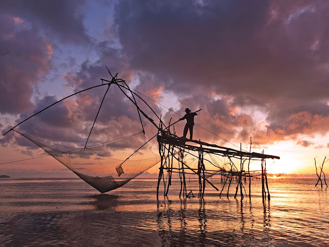 في تايلاند ، الصيد مهنة مرهقة جداً ، كل يوم عند شروق الشمس يذهب الصياد إلى البحر ويعود مع غروبها !
