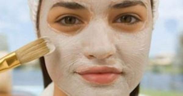 Questa maschera di bicarbonato di sodio rimuove i punti viso, l'acne e ringiovanisce e ripara la pelle