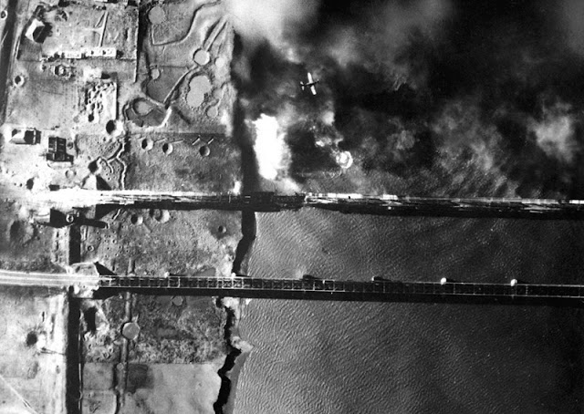 Bombardero norteamericano AD-3 bombardeando el puente ferroviario del río Yalugang en Shinwooju
