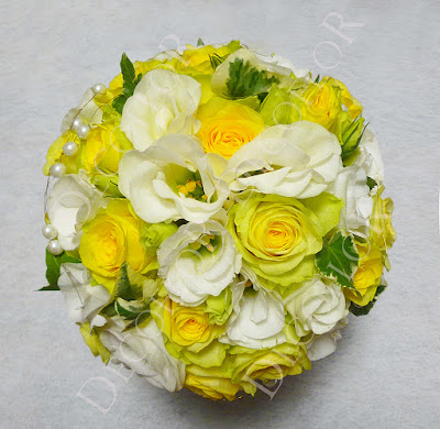 Menyasszonyi csokor sárga rózsával és fehér szellőrózsával