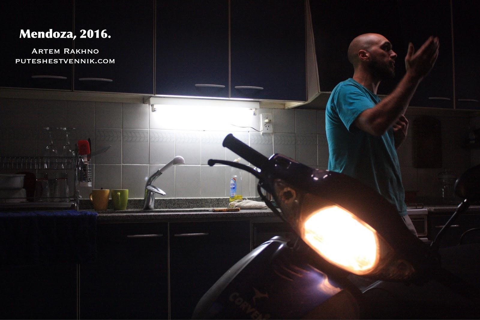 Мотоцикл на кухне.