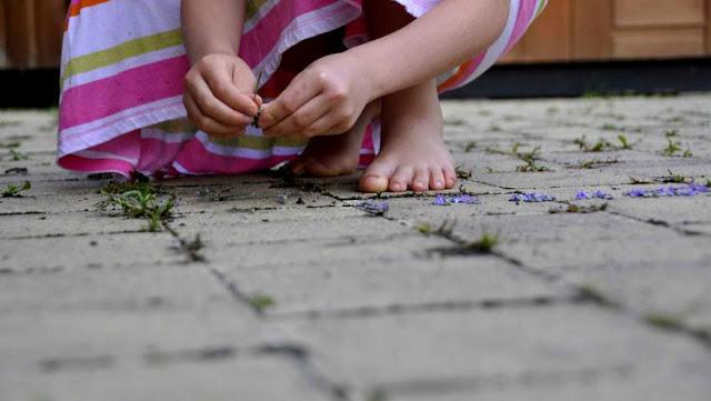 Criança de 9 anos é atingida por bala perdida ao sair de casa