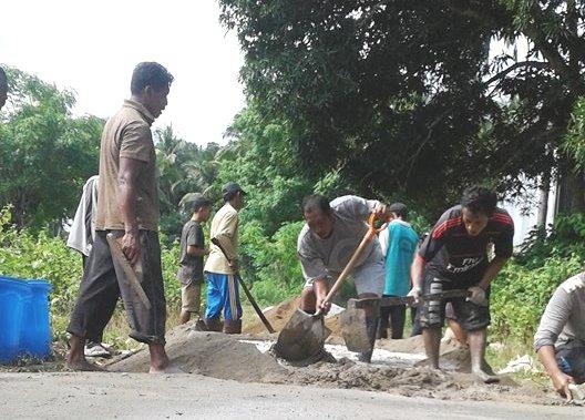 Kades Kambang Ragi, Pimpin Warganya Benahi Jalan Desa