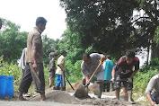 Kades Kambang Ragi Pimpin Warganya Benahi Jalan Desa