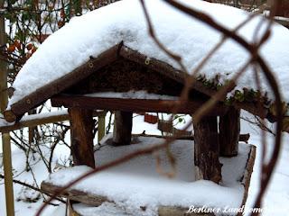 Vogelfutterhaus mit Schneedecke