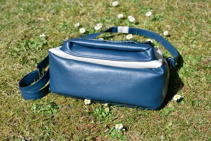 Ansicht der Tasche von unten: rundumlaufender Boden der unten breiter ist, dadurch wird die Tasche sehr geräumig