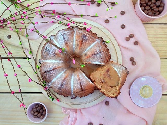 Bundt cake de turrón de Jijona (turrón de almendra blando) con Conguitos de galleta. Deliciosa receta de aprovechamiento o reciclaje de productos navideños. Desayuno, merienda, postre. Bizcocho. Sencillo, Horno. Cuca.