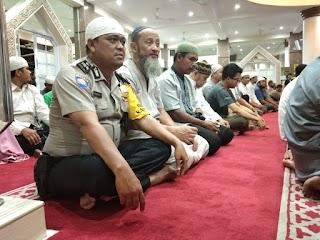Giat Memakmurkan Mesjid,Binmas Srengseng Sholat Magrib Berjamaah Di Mesjid Nurul Iman