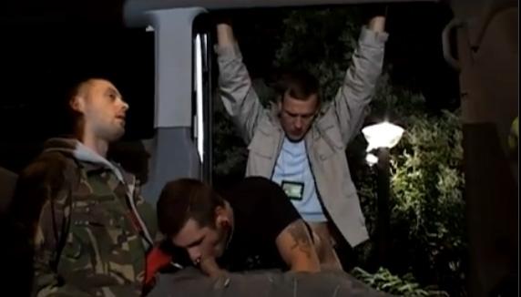 Sexo Gay - Homens do exército estuprando garotão tatuado e com piercing 3