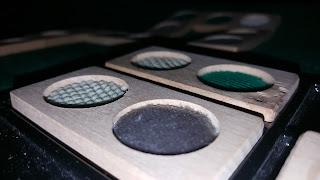 Dos piezas del dominó en relieve con diferentes texturas y colores