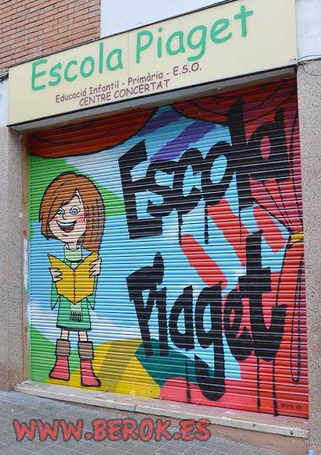 Graffitis decorativos en L'Escola Piaget del Carmelo de Barcelona